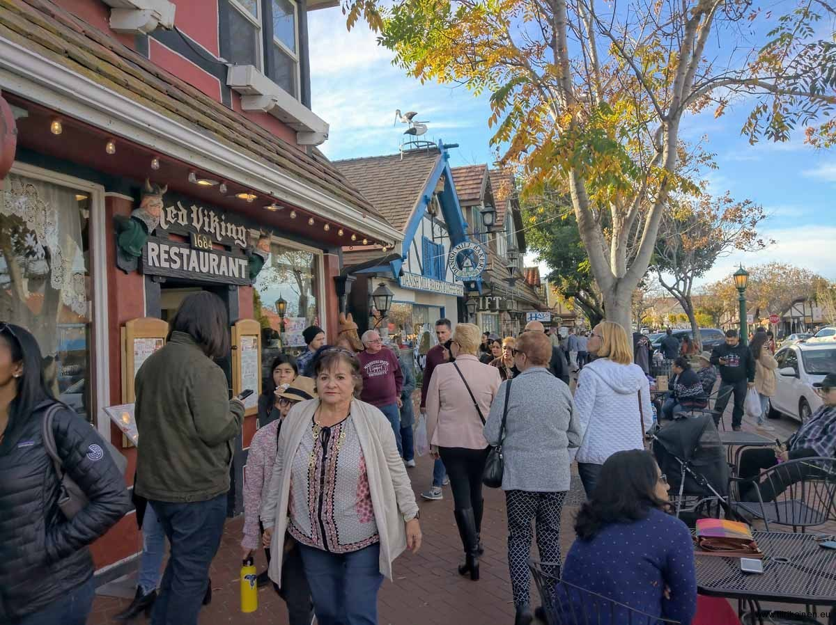 Busy-main-street-Solvang-18-01-2020
